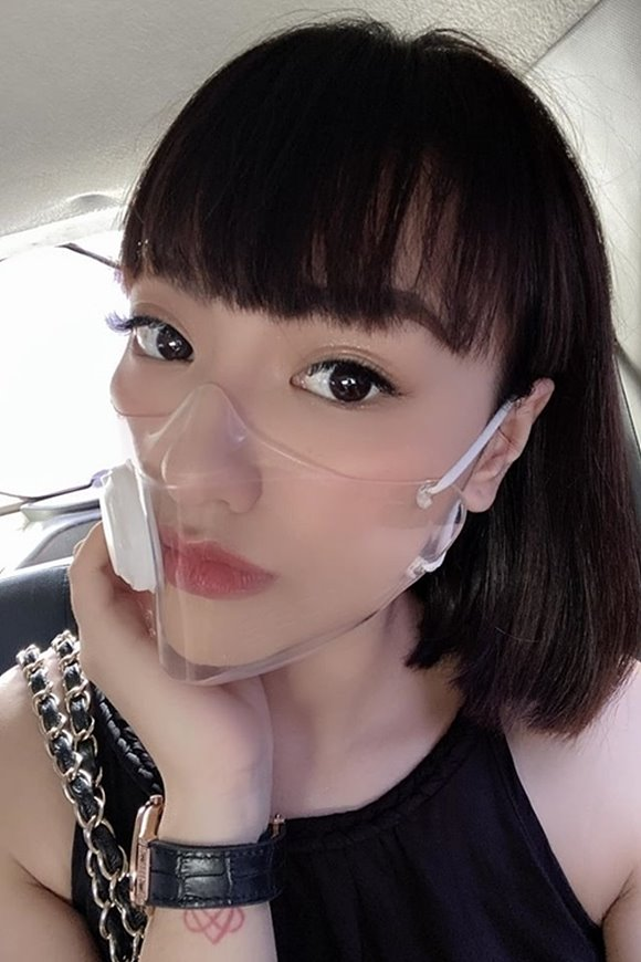 투명마스크로 매혹적인 입술을 뽐낸 사진을 SNS에 게시한 모델 홍 꾸에(Hong Que)..jpg